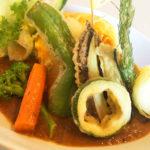 富良野グルメ|旬な富良野野菜を楽しむ富良野オムカレー